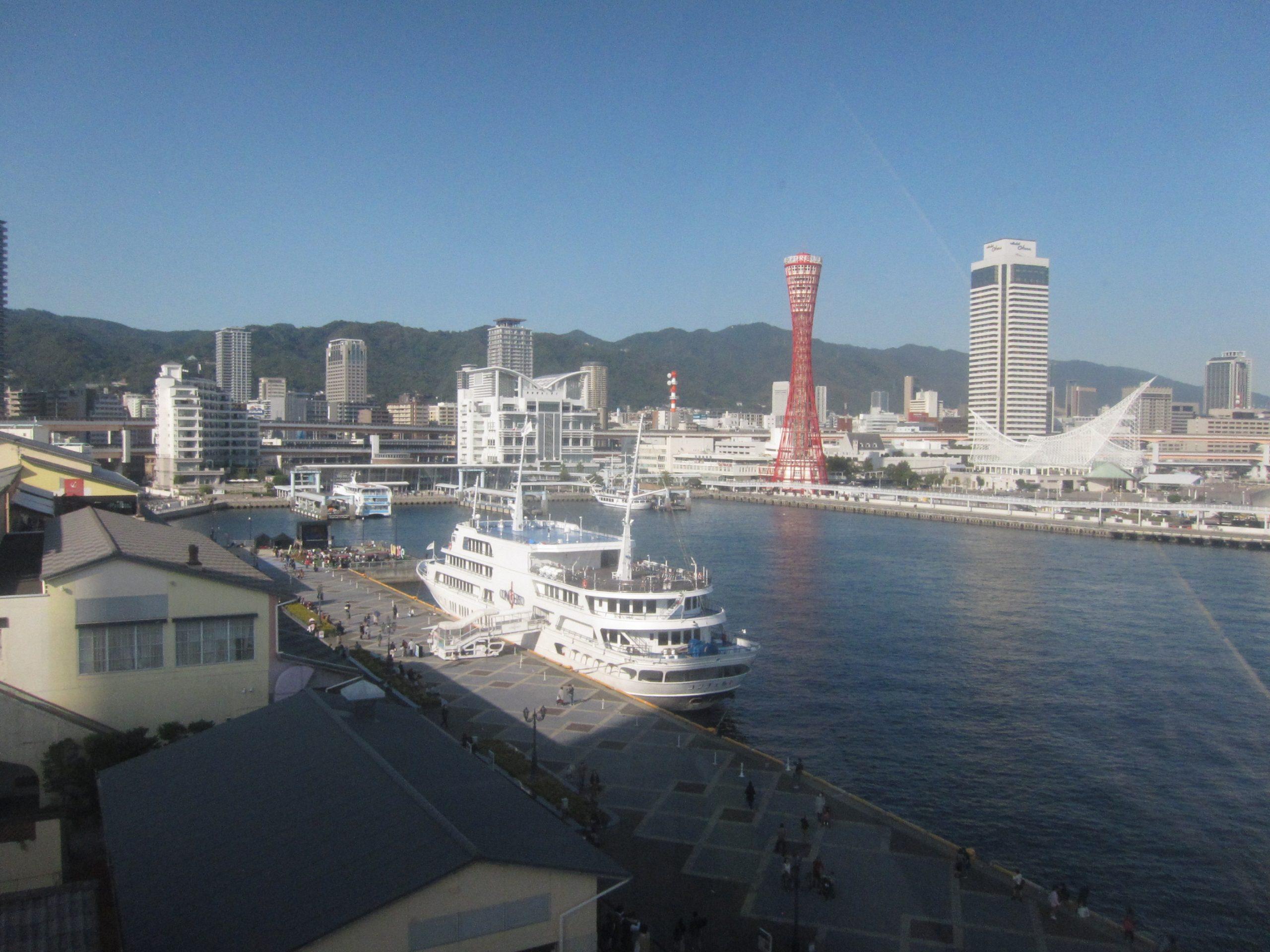 兵庫県神戸市ハーバーランドから神戸ポートタワーを望む
